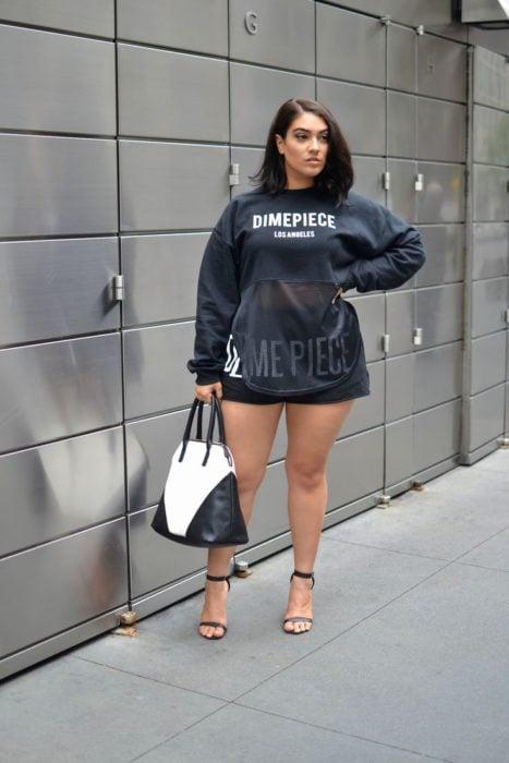 Chica usando un look con sudadera de transparencias