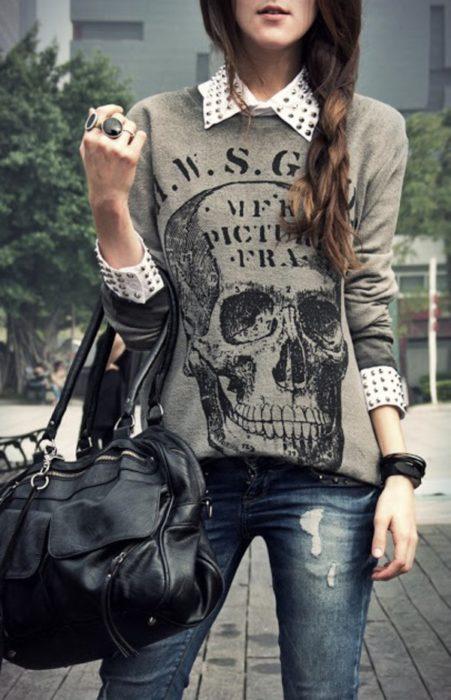 Chica usando un look con sudadera de clavaera