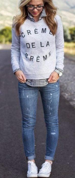 Chica usando un look con sudadera color gris