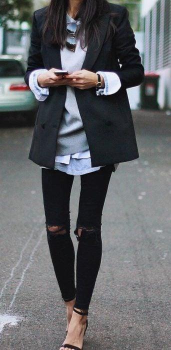 Chica usando un look con sudadera y saco