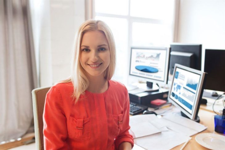 mujer rubia en escritorio de trabajo