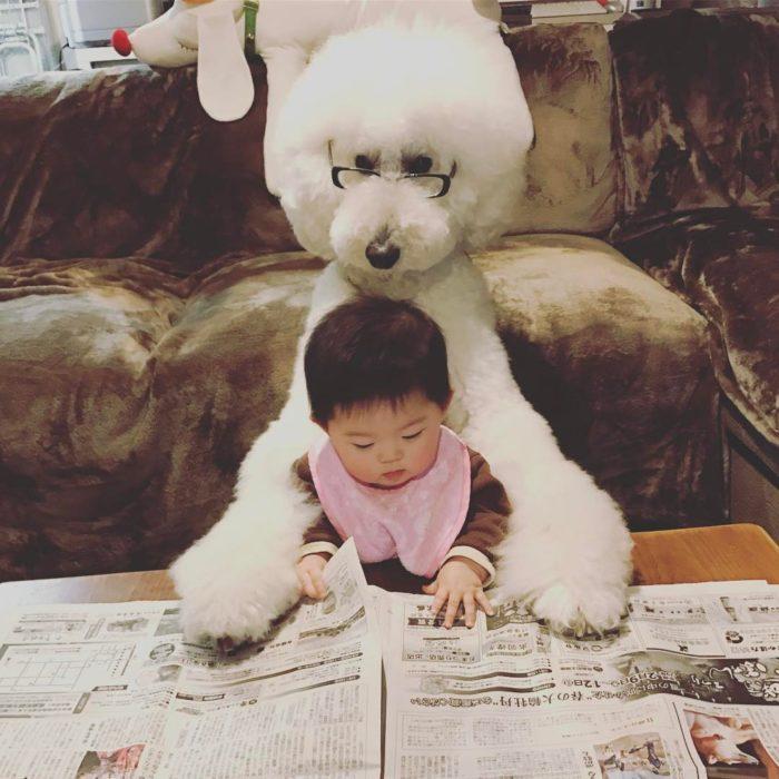 Mame y Riku leyendo el periodico