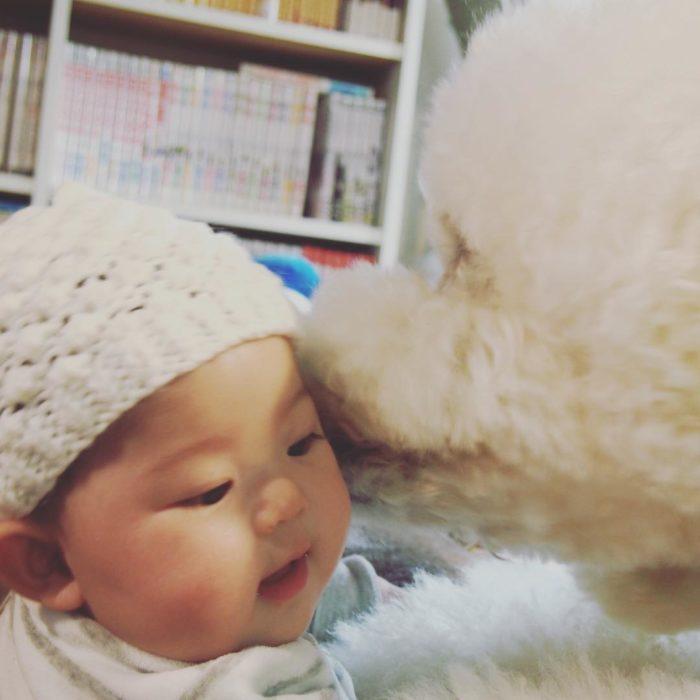 riku dandole un beso a mame