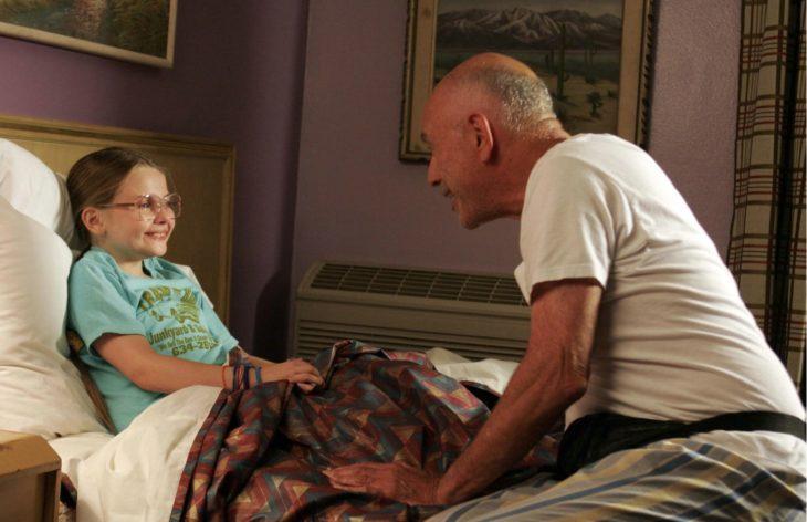 abuelo platicando con su nieta