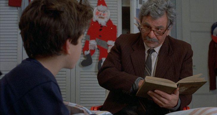 abuelo leyéndole a su nieto