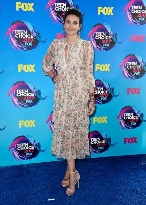 Paris Jackson posando en la alfombra roja de los premios teen choice awards 2017