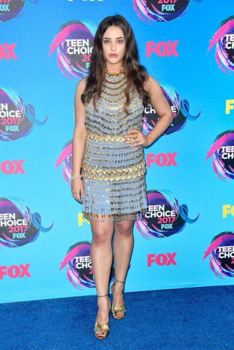 Chica posando en la alfombra roja de los premios teen choice awards 2017