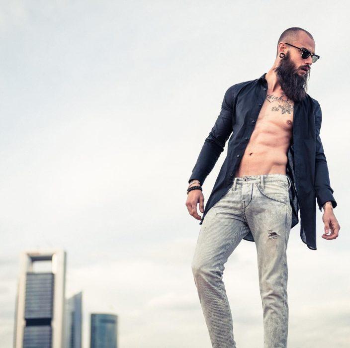 chico con pantalón gris
