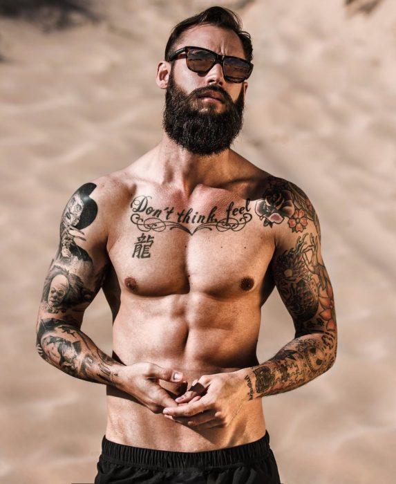 chico sin camisa en el desierto