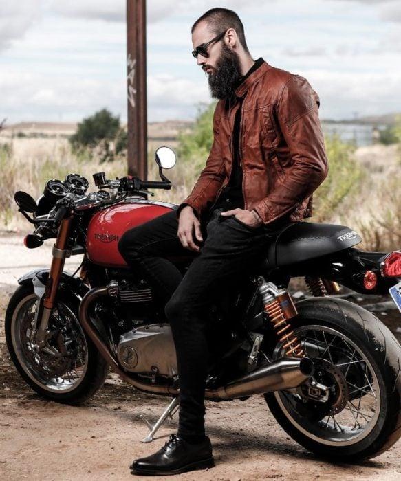 chico rudo con motocicleta