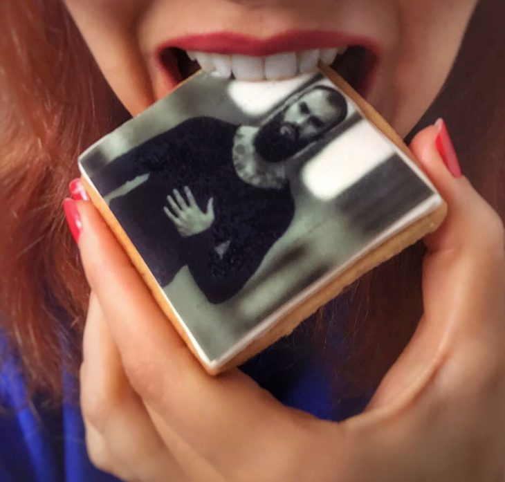 chica comiendo galleta con foto de un chico