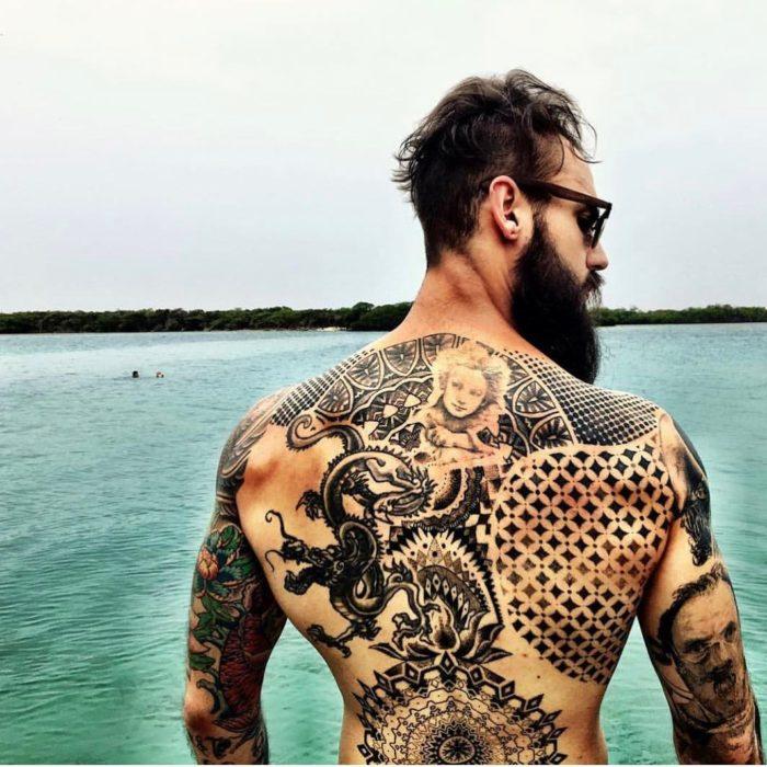 chico con tatuaje en la espalda