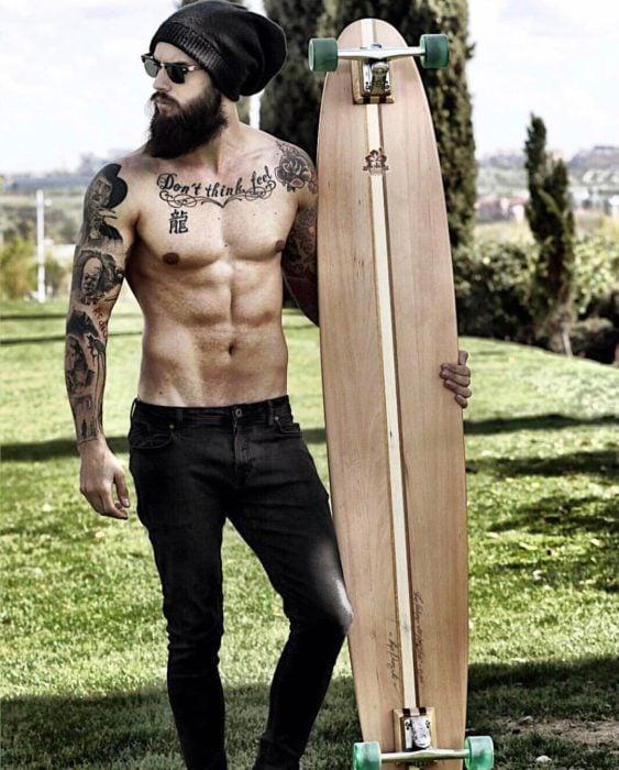 chico sin camisa y con tabla de surf