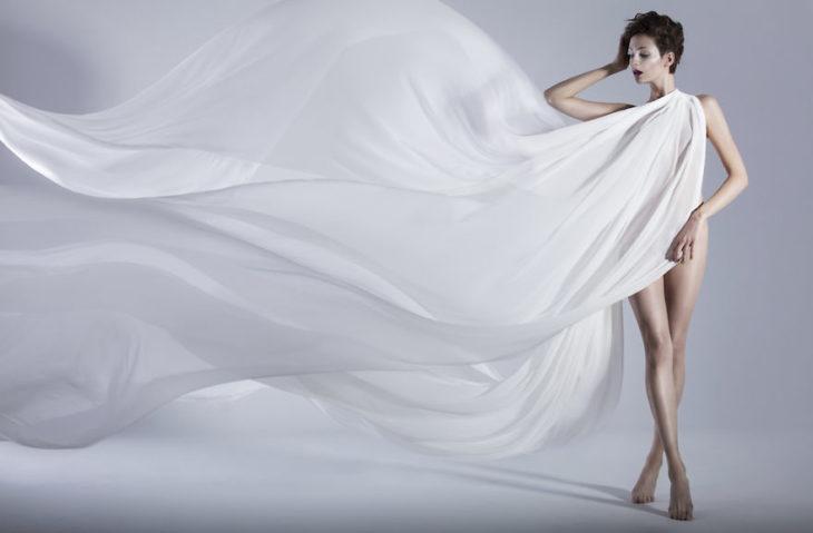 chica con vestido de color blanco