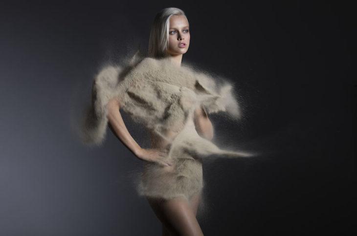 chica con vestido hecho de arena
