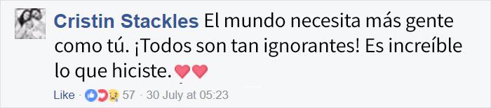 Comentarios en facebook acerca de una mujer que ayudó a una madre durante un vuelo