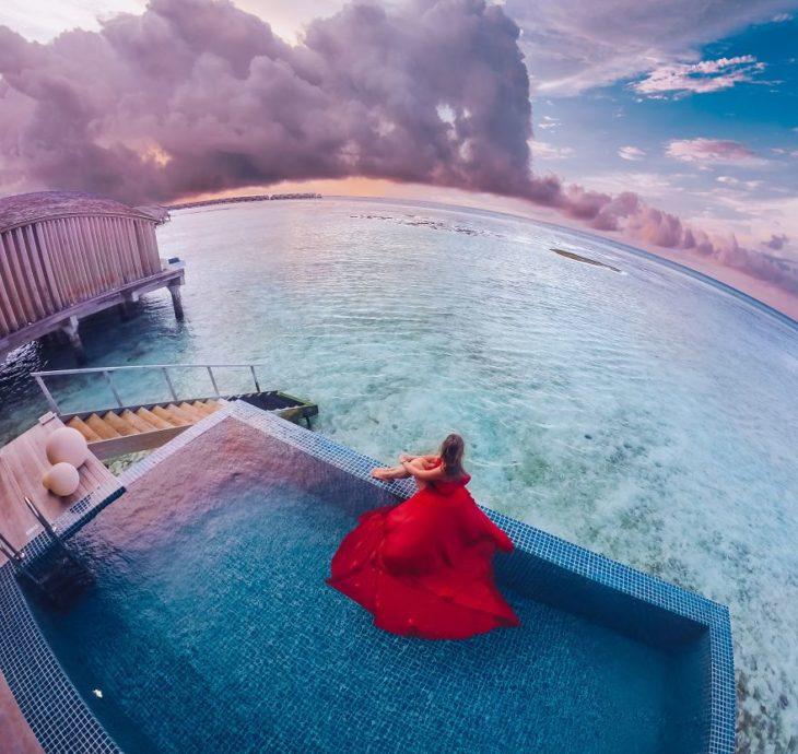 Mujer en una piscina usando un vestido rojo