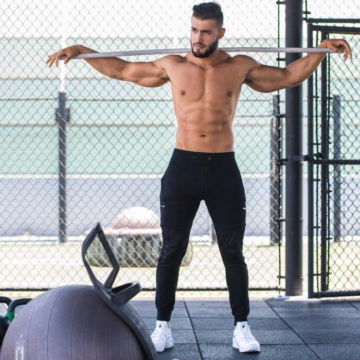 chico entrenando con pesas