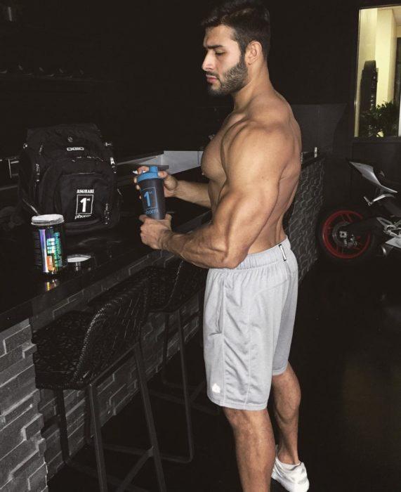 chico cocinando sin camisa