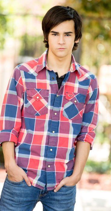 chico con camisa de cuadros vaquera