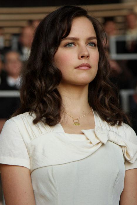 Chica con blusa blanca