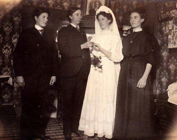 boda con chicas alrededor