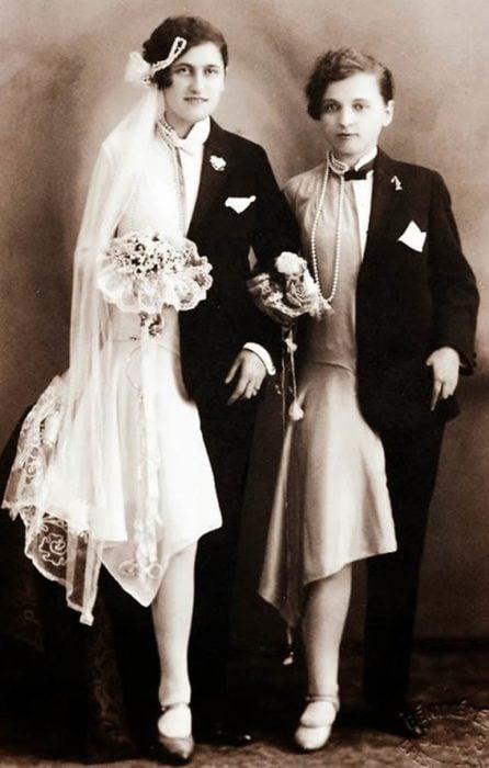 chicas vestidas de hombre y mujer al mismo tiempo