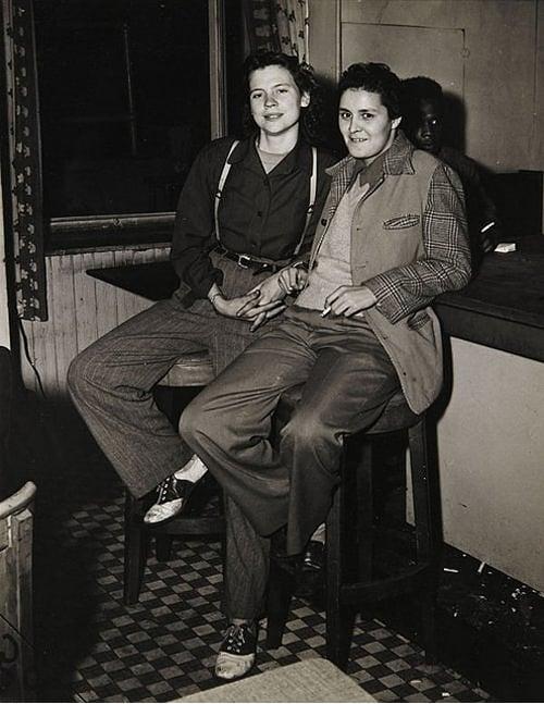 chicas vestidas d ehombre sentadas en un bar