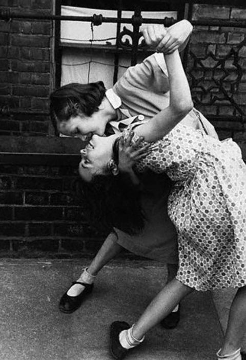pareja de chicas bailando