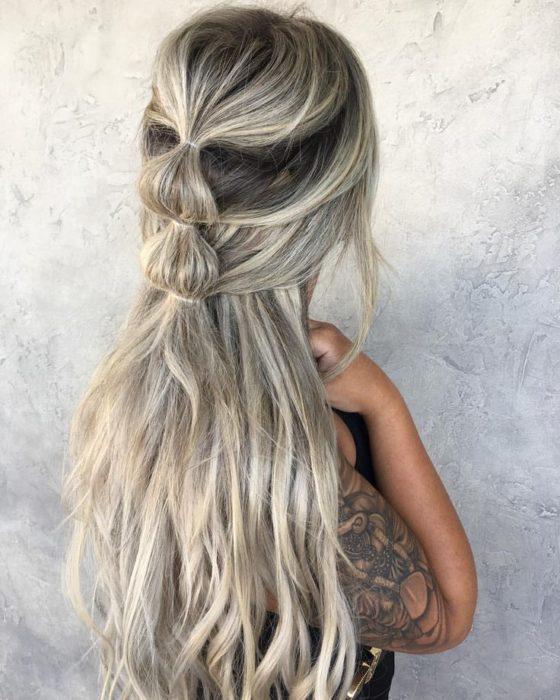 chica con cabello plateado