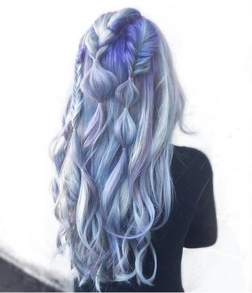 chica con cabello de color azul y violeta