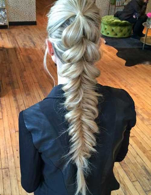 chica mostrando una trenza en su cabello