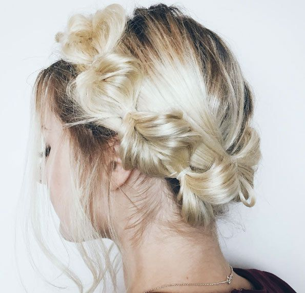 chica con coronilla en el cabello