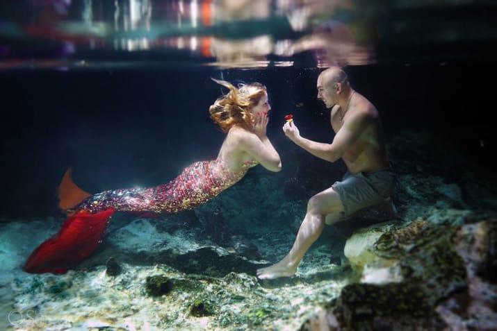 novios bajo del mar con sortija