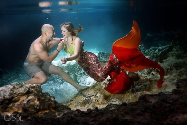 novios nadando bajo del mar