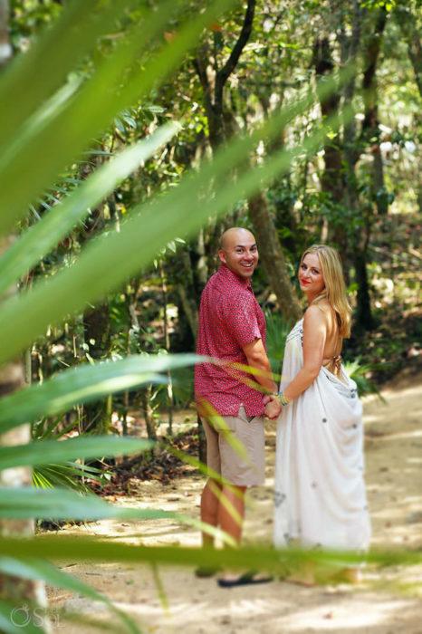 Pareja de novios caminando en la selva