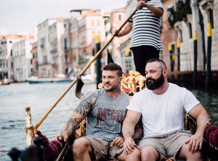 chicos musculosos paseando en Venecia