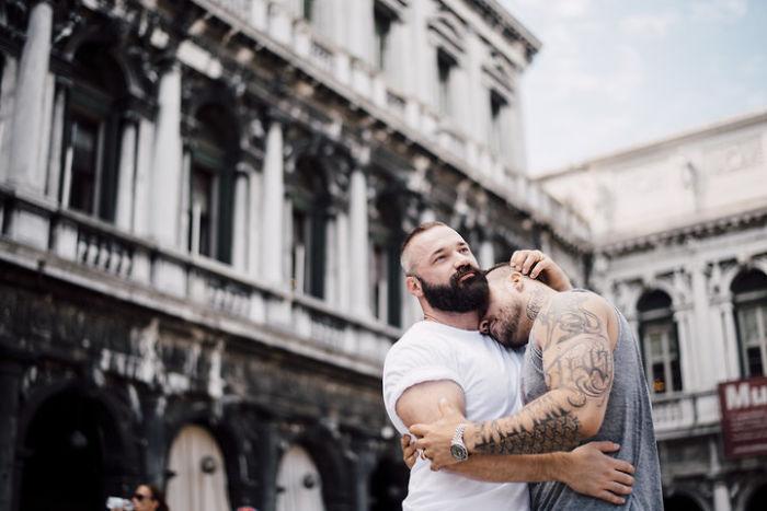 pareja de chicos abrazados