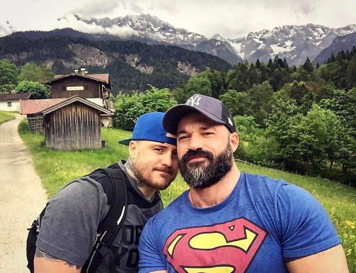 Chicos con camisas de superhéroes