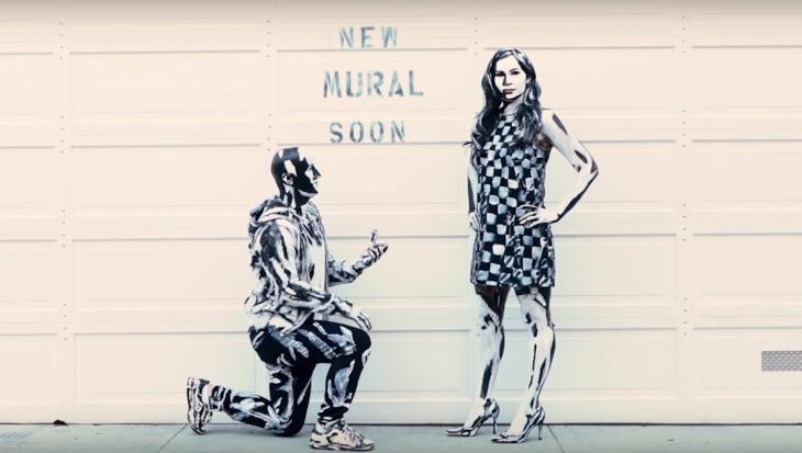 Mural pintado con una pareja de novios