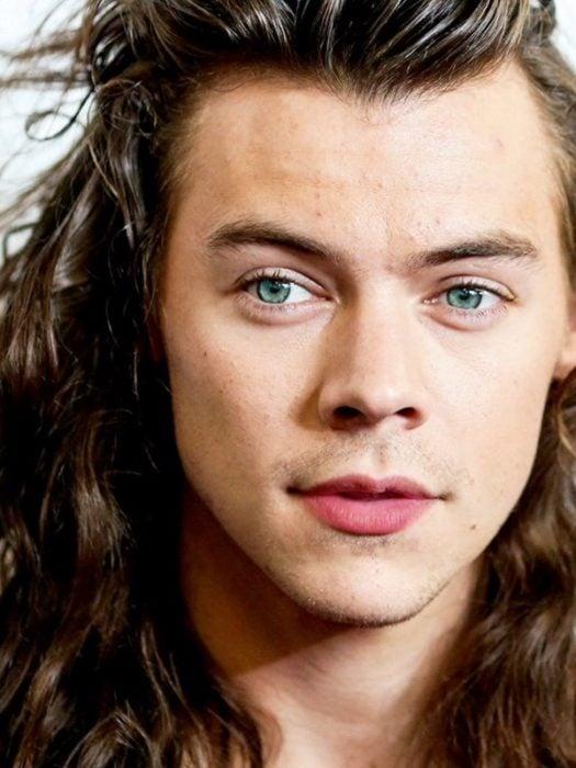 Harry Styles mostrando sus ojos de color verde