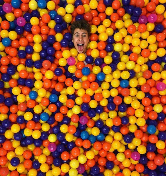 Juampa Zurita sumergido en una alberca de pelotas