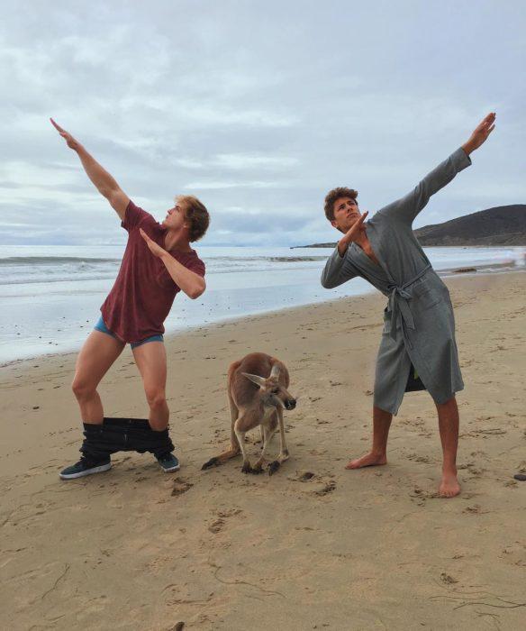 Juampa Zurita haciendo un dab junto a un canguro en Australia