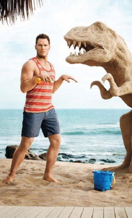 Chico imitando a un dinosaurio