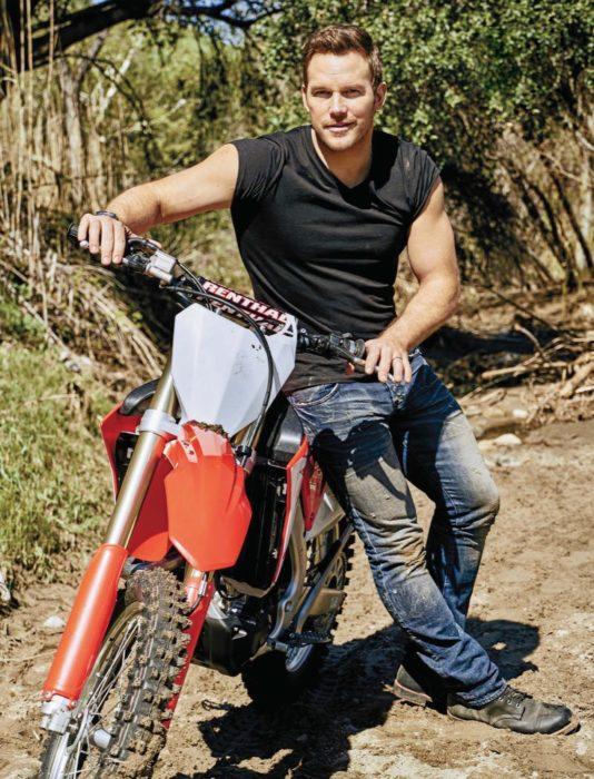 Chico en motocicleta