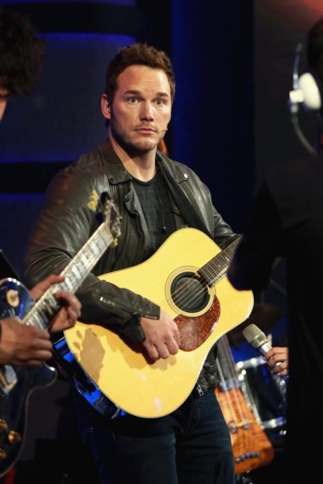 Chico tocando la guitarra