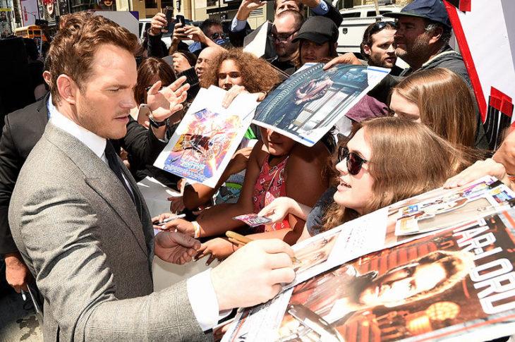 Chris Pratt firmando autógrafos