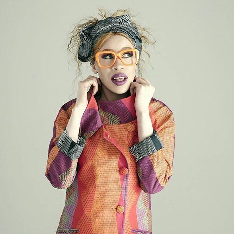 chica con gafas naranjas