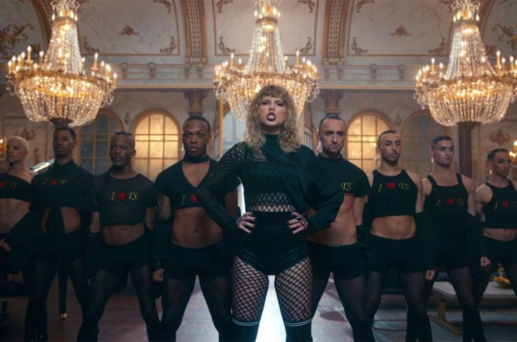 Taylor swift junto a sus bailarines en su nuevo video