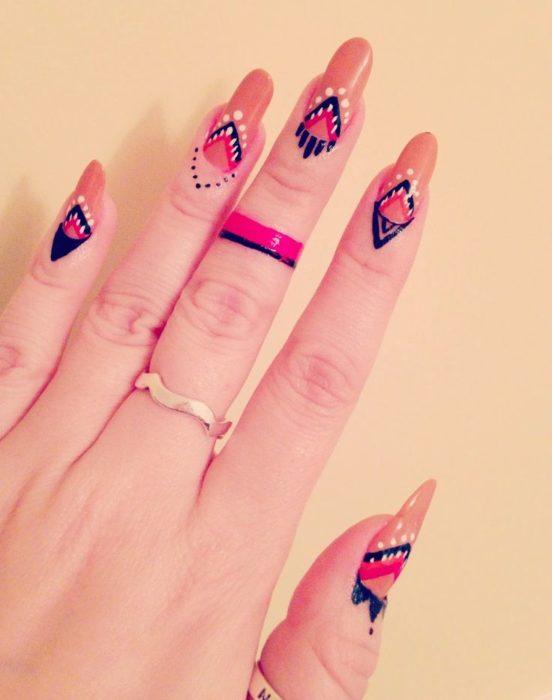 manos con uñas pintadas naranja